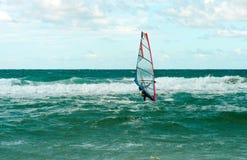 Entrenamiento activo del Windsurfer del ocio del agua de la navegación del deporte del windsurf del mar Imagen de archivo