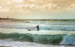 Entrenamiento activo del Windsurfer del ocio del agua de la navegación del deporte del windsurf del mar Fotografía de archivo libre de regalías