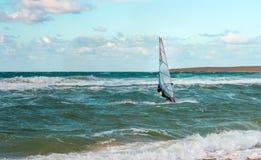 Entrenamiento activo del Windsurfer del ocio del agua de la navegación del deporte del windsurf del mar Foto de archivo libre de regalías