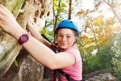 Entrenamiento adolescente del escalador en una ruta muy difícil Imagenes de archivo