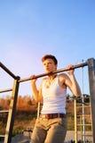 Entrenamiento adolescente en barra horizontal al aire libre Fotografía de archivo libre de regalías