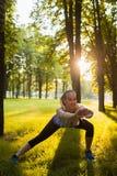 Entrenamiento al aire libre de los aeróbicos de la mujer para la buena forma Foto de archivo