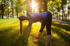 Entrenamiento al aire libre de los aeróbicos de la mujer para la buena forma Fotos de archivo libres de regalías