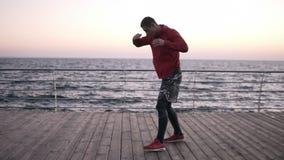 Entrenamiento al aire libre del boxeador de sexo masculino profesional, colocándose en la postura de la lucha, trabajos difícilme almacen de video