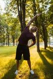 Entrenamiento al aire libre del hombre de los aeróbicos para la buena forma Foto de archivo libre de regalías