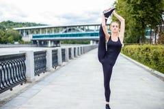 Entrenamiento apto de la calle del ejercicio de práctica de la mujer al aire libre Imagenes de archivo