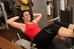 Entrenamiento apto de la mujer en gimnasio Imagenes de archivo