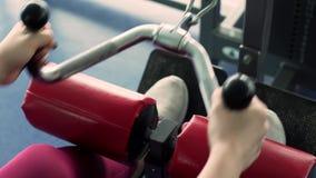 Entrenamiento apto de la ropa de deportes de la mujer que lleva joven en el gimnasio almacen de video
