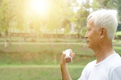 Entrenamiento asiático del viejo hombre al aire libre imagenes de archivo