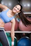 Entrenamiento atlético de la mujer con pesas de gimnasia Imágenes de archivo libres de regalías