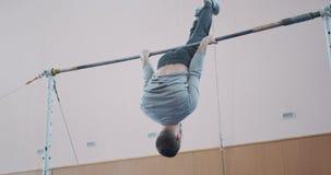 Entrenamiento atlético del hombre en barra gimnástica horizontal metrajes