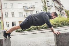 Entrenamiento atlético del hombre en una calle Fotografía de archivo