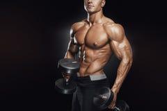 Entrenamiento atlético hermoso del individuo con pesas de gimnasia Fotos de archivo