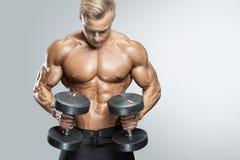 Entrenamiento atlético hermoso del individuo con pesas de gimnasia Imagenes de archivo