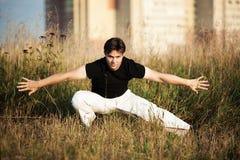Entrenamiento atlético joven del arte marcial del hombre Foto de archivo libre de regalías
