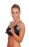 Entrenamiento atractivo de la muchacha con pesas de gimnasia Foto de archivo libre de regalías