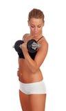 Entrenamiento atractivo de la muchacha con pesas de gimnasia Fotografía de archivo libre de regalías