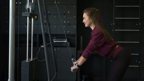 Entrenamiento atractivo de la mujer de la aptitud en el gimnasio Concepto de la determinaci?n Flexión del tríceps y extensión de  almacen de metraje de vídeo