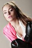Entrenamiento atractivo de la mujer boxeo Imágenes de archivo libres de regalías