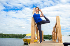 Entrenamiento avanzado practicante 01 de la aptitud de la yoga de la mujer joven fotografía de archivo