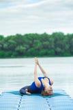 Entrenamiento avanzado practicante 31 de la aptitud de la yoga de la mujer joven fotografía de archivo