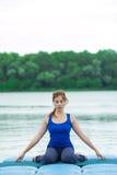 Entrenamiento avanzado practicante 34 de la aptitud de la yoga de la mujer joven fotografía de archivo libre de regalías