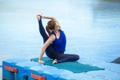 Entrenamiento avanzado practicante 28 de la aptitud de la yoga de la mujer joven imagen de archivo