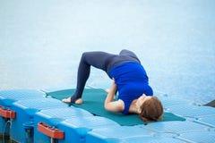 Entrenamiento avanzado practicante 27 de la aptitud de la yoga de la mujer joven fotografía de archivo