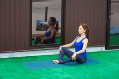 Entrenamiento avanzado practicante 22 de la aptitud de la yoga de la mujer joven fotografía de archivo libre de regalías