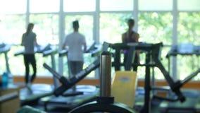 Entrenamiento cardiio borroso de la gente del gimnasio de la aptitud en centro del club de deporte 4K metrajes