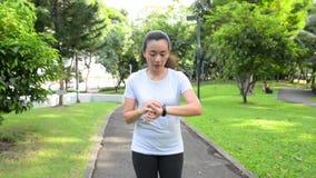 Entrenamiento cardiio de la muchacha del entrenamiento que activa en el parque