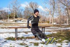 Entrenamiento caucásico del hombre de Youn en parque del invierno Fotografía de archivo libre de regalías