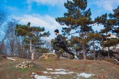 Entrenamiento caucásico del hombre de Youn en parque del invierno Imagenes de archivo