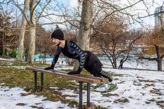 Entrenamiento caucásico del hombre de Youn en parque del invierno Imagen de archivo
