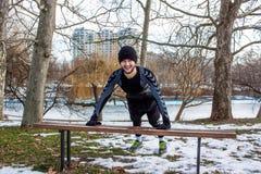 Entrenamiento caucásico del hombre de Youn en parque del invierno Foto de archivo