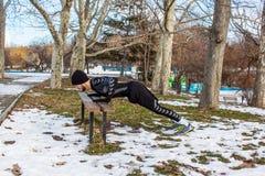 Entrenamiento caucásico del hombre de Youn en parque del invierno Imagen de archivo libre de regalías