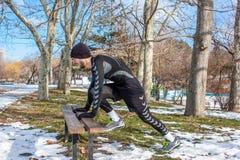Entrenamiento caucásico del hombre de Youn en parque del invierno Fotos de archivo