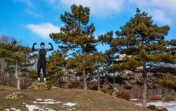 Entrenamiento caucásico del hombre de Youn en parque del invierno Imágenes de archivo libres de regalías