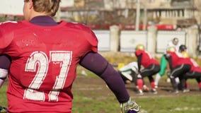 Entrenamiento colegial del equipo de fútbol en el campo, forma de vida activa, alcohol competitivo metrajes