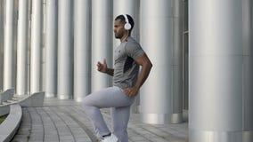 Entrenamiento competitivo del deportista para el campeonato del mundo en tiempo libre, corriendo almacen de video