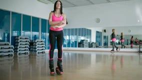 Entrenamiento con los zapatos del kangoo en el estudio de la danza almacen de video