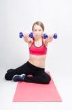 Entrenamiento con pesas de gimnasia Fotografía de archivo libre de regalías