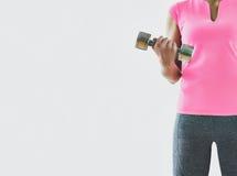 Entrenamiento con pesas de gimnasia, fondo blanco de la mujer con el espacio de la copia Fotos de archivo