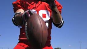 Entrenamiento con una bola, cámara lenta, fútbol del futbolista almacen de video
