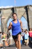 Entrenamiento corriente del atleta en el puente de Brooklyn, NYC Fotografía de archivo libre de regalías