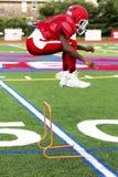 Entrenamiento cruzado del futbolista sobre mini obstáculos Fotografía de archivo
