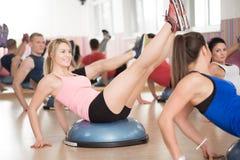 Entrenamiento de Bosu en club de fitness fotos de archivo