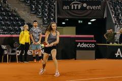 Entrenamiento de Buzarnescu Mihaela en Fed Cup Rumania 2018 foto de archivo libre de regalías