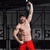 Entrenamiento de CrossFit Hombre de la aptitud que hace un entrenamiento del peso por liftin Fotos de archivo libres de regalías