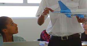 Entrenamiento de donante experimental sobre el avión modelo para embromar 4k metrajes